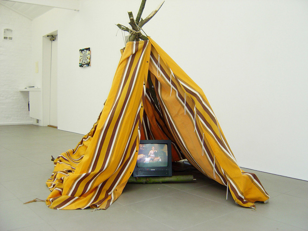 Jan Peters 'How I became a Cave Painter ñ Short Version', 2001, film transferred o DVD, 20:20 min, tent, wood