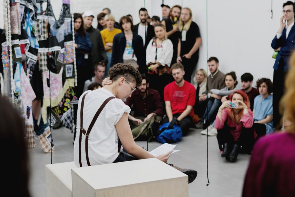 Caspar Heinemann, Performance, 2016, is rude or polite to leave the room, Cell project space